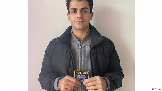 شاب مسلم ينقذ شرطي نمساوي في هجوم فيينا والسلطات تقوم بتكريمه