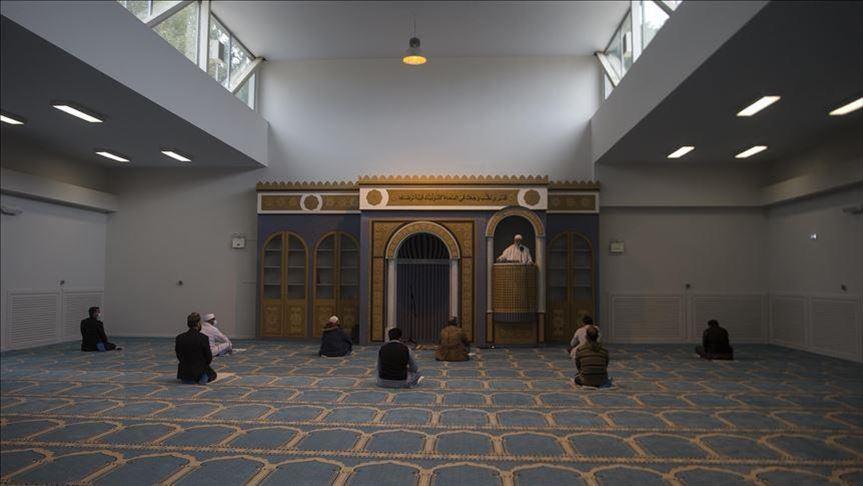 إمام مغربي يؤمّ أول صلاة جمعة في العاصمة اليونانية أثينا في مسجد شيد منذ سنوات