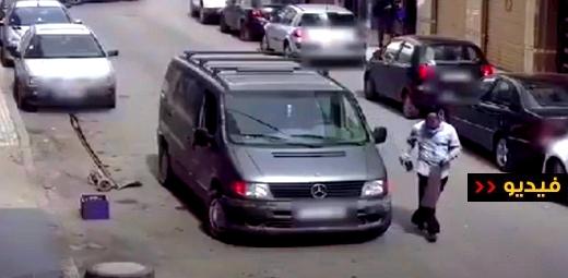 شاهدوا.. كاميرا المراقبة ترصد عملية سرقة هاتف من داخل سيارة وسط الناظور