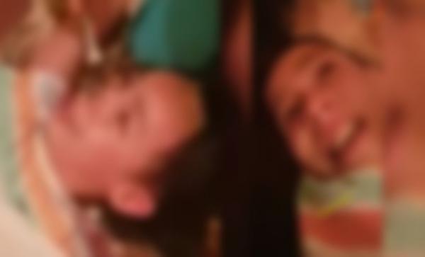 """فيديو خطير..أم مغربية تحرق أنف ابنتها بسبب """" أكل الخنونة """" أمام أعين أفراد الأسرة"""
