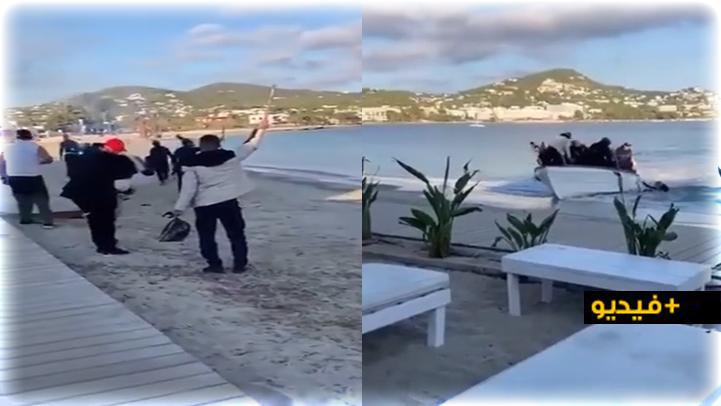 """شاهدوا.. مهاجرون سريون يصلون إلى أحد شواطئ إسبانيا ويحتفلون بطلقات """"نارية"""" وسط استنكار لطريقتهم الفوضوية"""