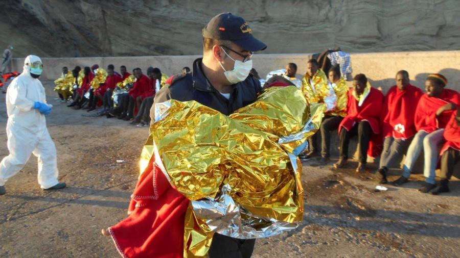 وفاة سيدتين ورضيعين بسواحل الناظور.. وانقاذ 50 آخرين من الغرق