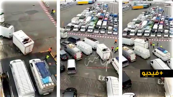 """شاهدوا.. إحباط محاولة شابين """"الحريك"""" إلى أوروبا بطريقة مبتكرة على متن شاحنة للنقل الدولي"""