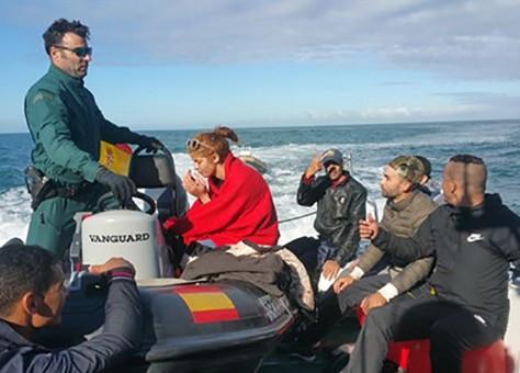 """إنقاذ 5 مهاجرين سريين مغاربة من الموت غرقا أو """"برودة"""" أبحروا على متن """"كاياك"""" نحو سبتة"""