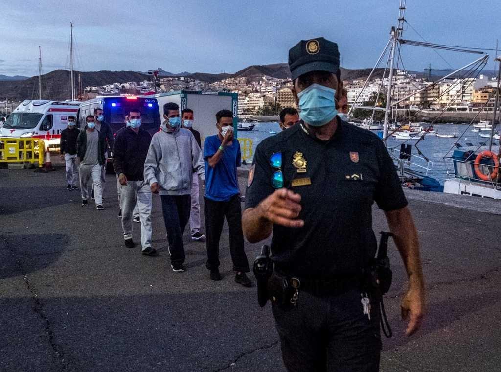 """بعد تنسيق وزير داخليتها مع نظيره المغربي.. إسبانيا تباشر ترحيل المهاجرين السريين المغاربة من جزر """"الكناري"""""""