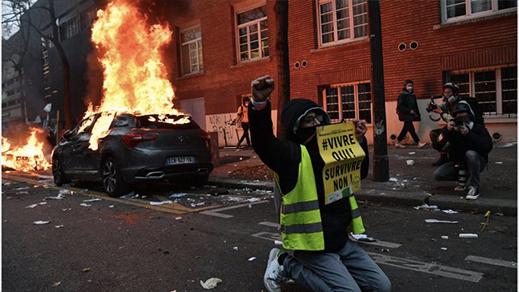 إضرام للنار ومواجهات بين محتجين وعناصر الشرطة الفرنسية بباريس