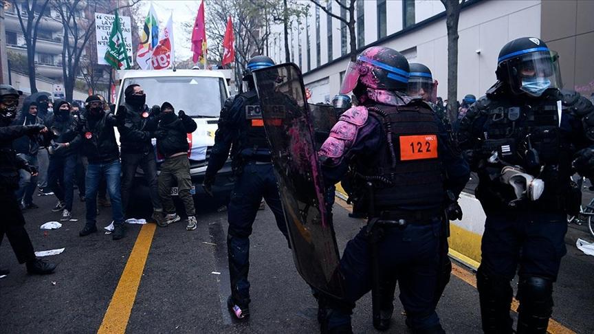 فرنسا على صفيح ساخن بسبب قانون جديد.. إضرام للنار ومواجهات بين محتجين وعناصر الشرطة بباريس