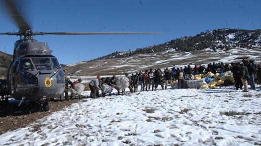 القوات المسلحة الملكية تتدخل لمساعدة السكان المتأثرين بموجة البرد بالراشدية