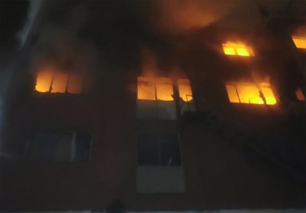 """مات فيه شخصان.. مهاجرون يقفزون من النوافذ للهروب من نيران حريق اندلع في """"مستودع"""" ببرشلونة"""