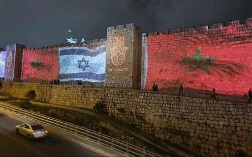 """أسوار القدس العتيقة تتزيّى بأعلام مغربية """"عملاقة"""" إلى إلى جانب العلم الإسرائيلي"""