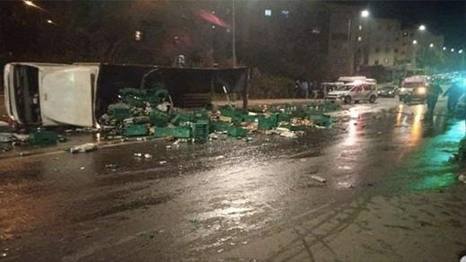 """شاهدوا.. تهافت مواطنين على """"البيرة"""" بعد انقلاب شاحنة خاصة بنقل الخمور"""