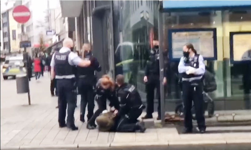 الشرطة الألمانية تخرج عن صمتها بعد إنتشار فيديو تعنيف محجبة بسبب الكمامة