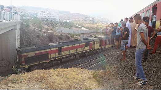 شاهدوا.. شخص يقدم على الإنتحار برمي نفسه أمام القطار القادم من الناظور