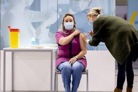 القنصلية المغربية بدينبوش تخصص استقبالا لإبنة الحسيمة التي تطوعت لتلقي أول جرعة من اللقاح بهولندا