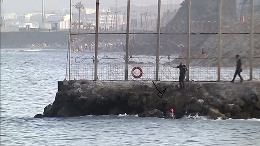 مغاربة يتحدون حالة الطقس السيئة ويسبحون باتجاه سبتة المحتلة