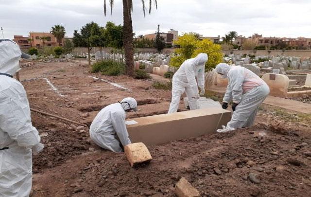غريب.. جماعة تطالب عائلة متوفى بفيروس كورونا بدفع واجبات حفر قبره ودفنه