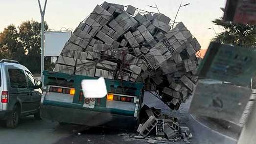 انقلاب شحنة من الأجور كانت على متن شاحنة خاصة لنقل مواد البناء في حادثة بين الناظور وسلوان