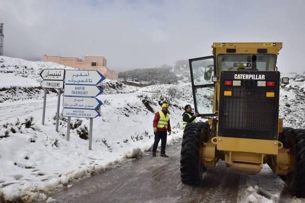 """عزلت أربعة أقاليم تماما.. الثلوج """"تقطع"""" أزيد من 1800 كيلومتر من طرق المغرب"""