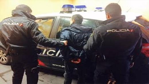 مهاجر مغربي يعتنق  المسيحية من أجل الإفلات من الترحيل والمحكمة الإسبانية تصدمه
