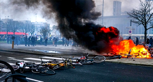هولندا تعيش لليوم الثاني على التوالي مظاهرات وأعمال الشغب بعد فرض حظر التجول