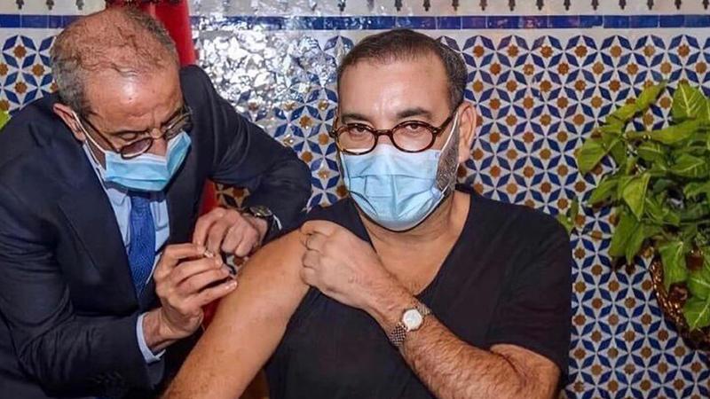صورة الملك وهو يتلقى اللقاح تشعل منصات التواصل الاجتماعي