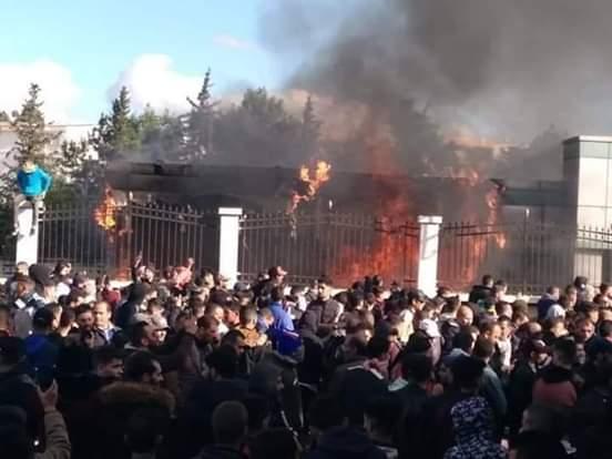 """الجزائر """"تشتعل"""" مجددا.. احتجاجات عارمة  تنديدا بالظروف المعيشية والمطالبة بـ""""رحيل"""" المسؤولين"""