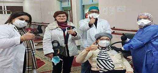 والدة العالم المغربي منصف السلاوي تتلقى الجرعة الأولى من اللقاح بالمغرب