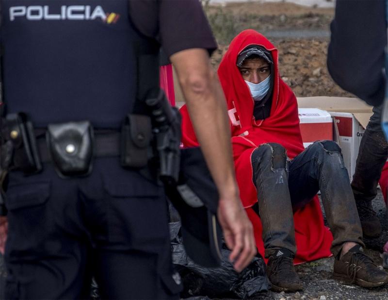 بعد فيديو تعذيب الشرطة لقاصرين.. صحيفة إسبانية: مغاربة في جزر الكناري يرغبون في العودة