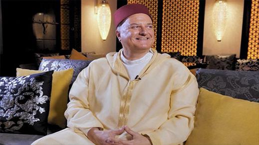 رئيس مكتب الإتصال الإسرائيلي بالرباط يرتدي الجلباب المغربي ويعبر عن سعادته بذلك