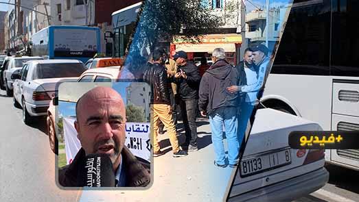 سائقو الطاكسيات بمحطة أولاد ميمون يواصلون احتجاجهم على الحافلات