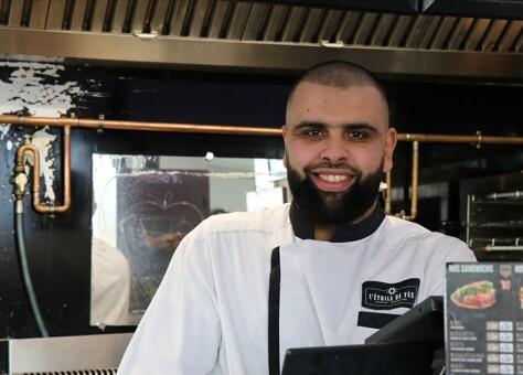 إبراهيم بوريقة.. فرنسي من أصول مغربية أنشأ مطعمه الخاص لإطعام طلبة باريس بالمجان
