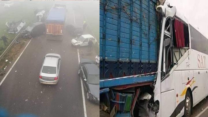 """مصرع شخص وإصابة العشرات في """"اصطدام"""" بين حافلة وشاحنة.. وناجون يروون تفاصيل الحادث"""