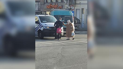 شاهدوا.. الشرطة البلجيكية تشل حركة السيارات لمساعدة عجوز مغربية على المرور