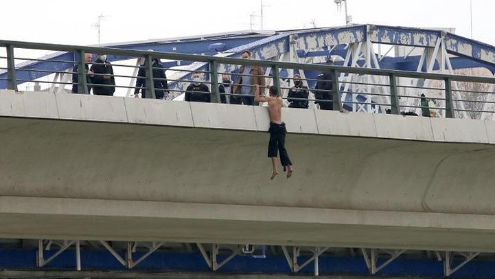 مغربي يهدد بالانتحار بسبب عدم تسوية وضعيته القانونية بإسبانيا