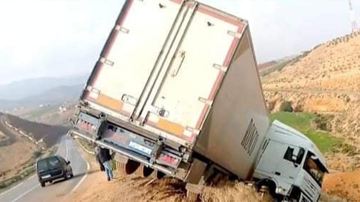 انقلاب شاحنة على الطريق الرابطة بين قرية أركمان ورأس الماء