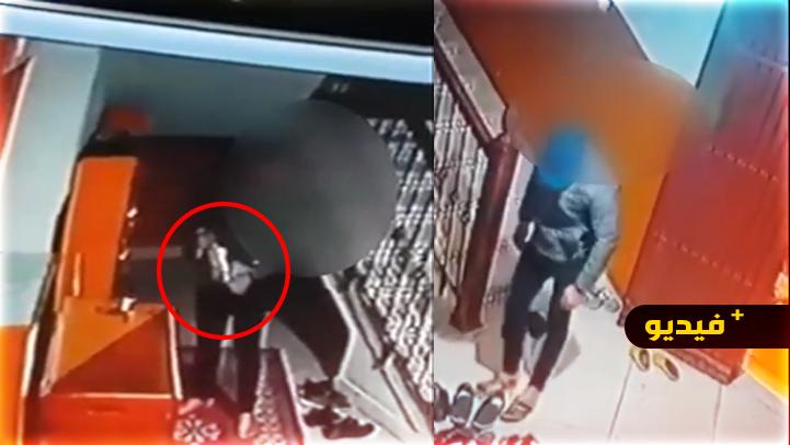 مثير.. كاميرا مراقبة ترصد سارقا للأحذية من داخل مسجد بأزغنغان