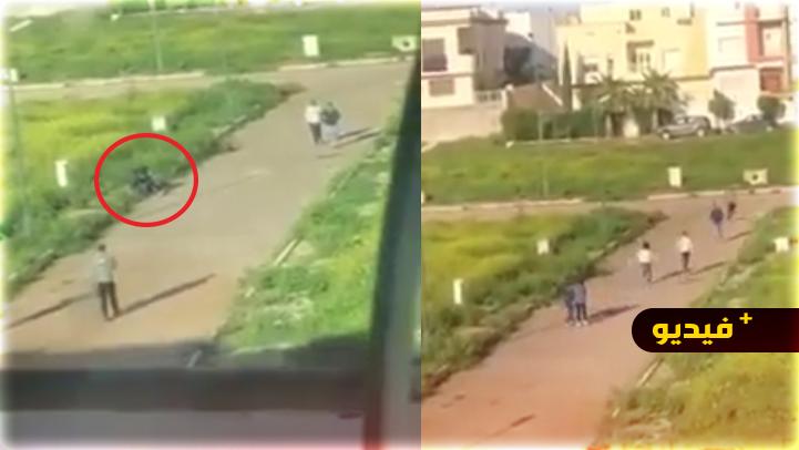 شاهدوا.. أربعة أشخاص يعتدون على شابين بالأسلحة البيضاء ويسلبونهم ممتلكاتهما