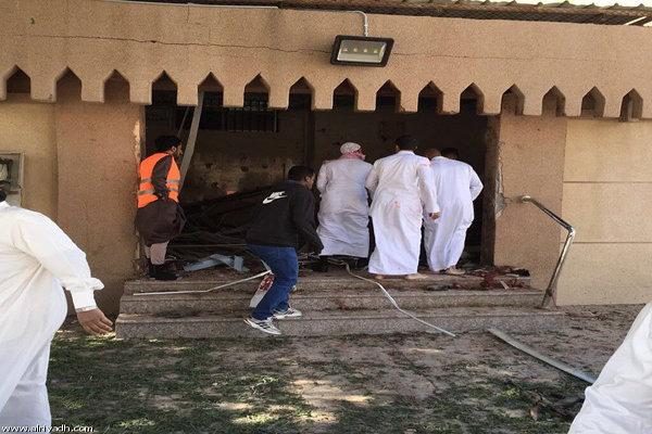 """أربعيني """"قوي البنية"""" يفتح باب مسجد بالعنف ويدعو الناس للصلاة"""