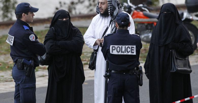 فرنسا تطرد مسلما من العمل بسبب مواظبته على أداء الصلاة