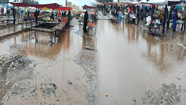 سوق سلوان الأسبوعي يتحول إلى مستنقع بعد التساقطات المطرية