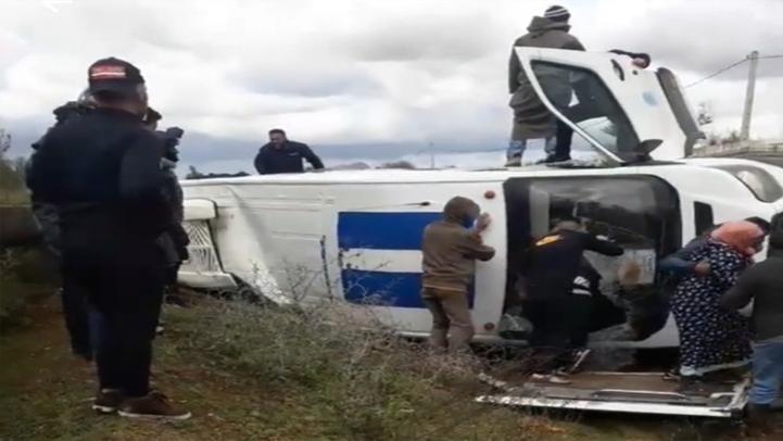 إصابة 20 شخص في حادث سير بين حافلة للنقل المزدوج وسيارة نفعية