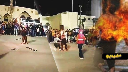 شاهدوا.. النيران تشتعل في وجه عارض ألعاب نارية في المغرب