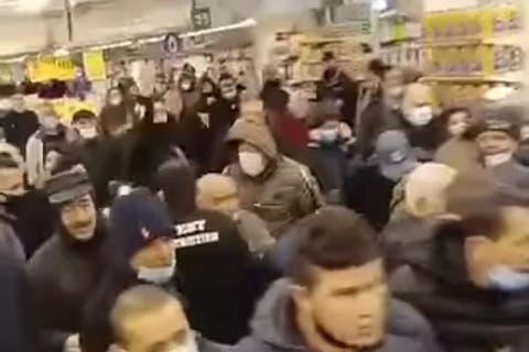 بالفيديو.. تدافع وتهافت أمام المحلات التجارية للحصول على زيت المائدة بالجزائر