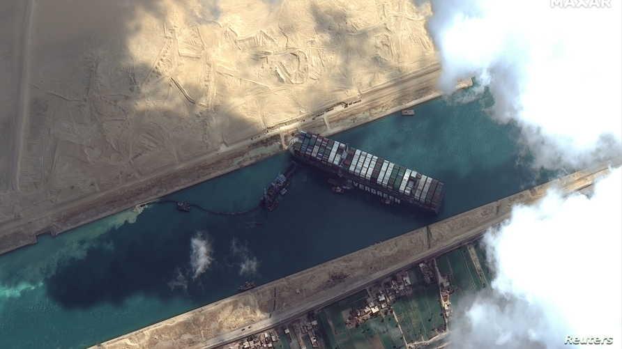 تعويم السفينة العالقة بقناة السويس