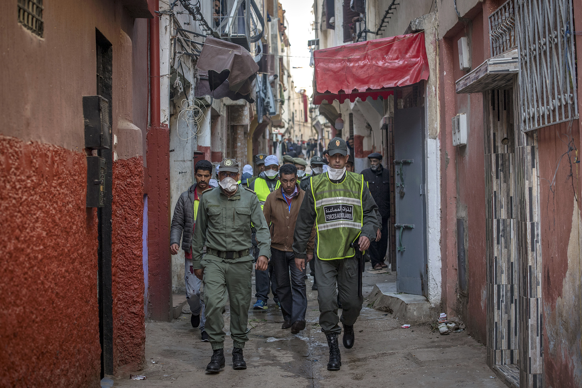 السلطات تقرر العودة إلى الحجر الصحي إثر ظهور بؤرة لكورونا المتحورة