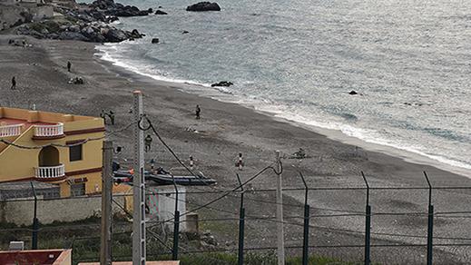 شاب اسباني يسبح من سبتة باتجاه المغرب للقاء حبيبته قبل أن يتم إعتقاله