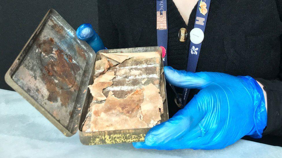 تعرف على سبب صناعتها.. العثور على علبة شوكولاتة ملكية عمرها 121 عاماً