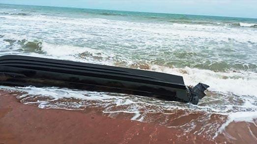 بالصور.. أمواج شاطئ قرية أركمان تلفظ زورقا مطاطيا