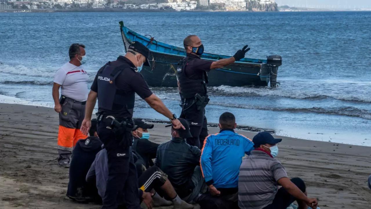 قرار قضائي يسمح للمهاجرين السريين بالتنقل إلى البر الإسباني