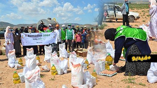 """مؤسسة """"ثويزا"""" توزع المساعدات الغذائية الرمضانية على الأسر الفقيرة بالناظور"""